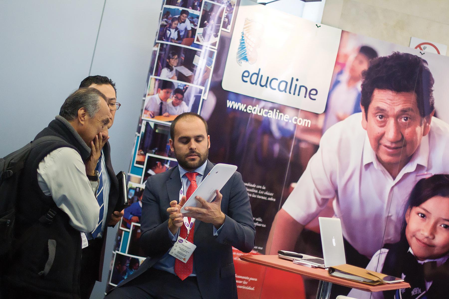 Javier Pérez, del Equipo de Educaline, atendiendo a varios de los cientos de visitantes de la conferencia de dos días, en su stand, Perú aprendiendo sin límites